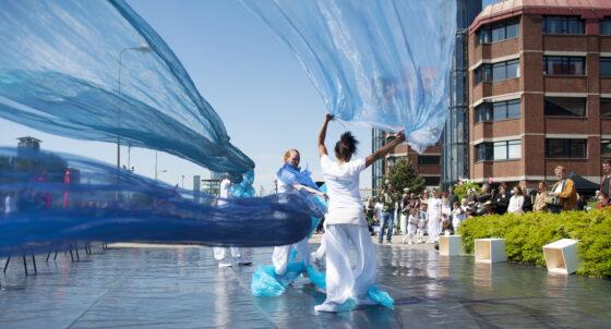 Dansen op de golven voor goed doel, Global Water Dances 2013. Foto: Ray Hartman
